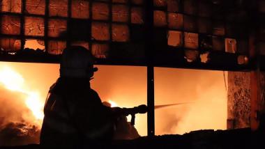 Pompier care intervine la incendiu