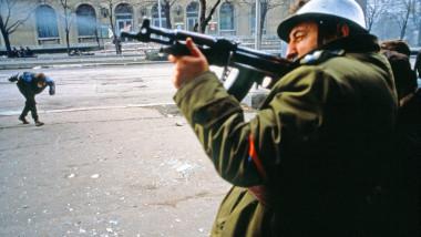 militar român trage în centrul Bucureștiului timpul Revoluției române din decembrie 1989