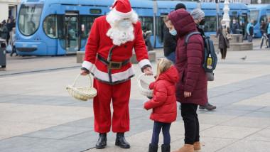 Moș Crăciun împarte dulciuri copiilor din Croația