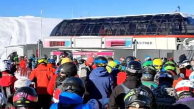 Prima zi de schi în Sinaia a adus aglomerație de nedescris. Sute de oameni s-au îngrămădit să urce în telescaun