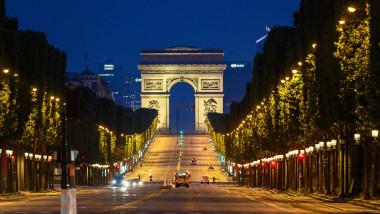 Bulevardul Champs Elysees și Arcul de Triumf din Paris