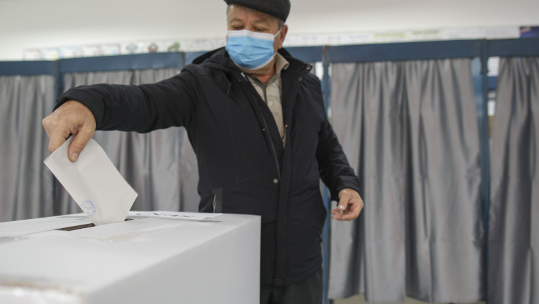 alegator baga buletin de vot in urna INSTANT_VOT_PARLAM_80_INQ_Octav_Ganea