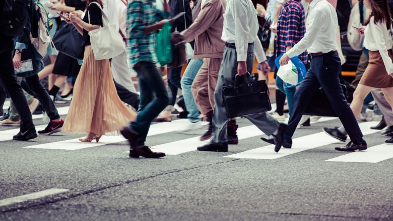 oameni multi pe o trecere de pietoni