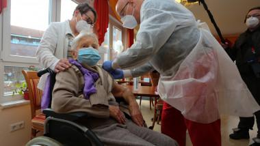 Edith Kwoizalla, în vârstă de 101 ani, este prima din Germania căreia i s-a administrat vaccinul