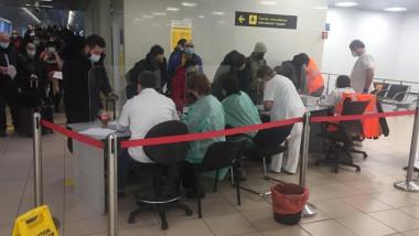 Pasageri din UK la coadă la triaj pe aeroportul Otopeni