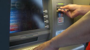 Bancomat banca (poza generica)-Mediafax_Foto-Doru_Nica