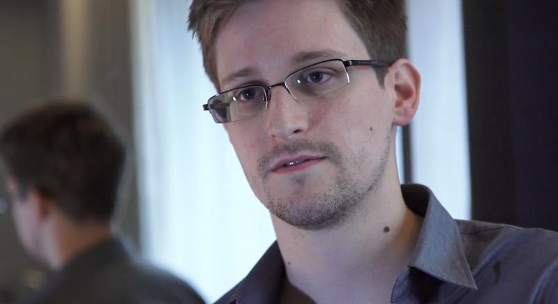 Edward Snowden este un fost angajat CIA acuzat de spionaj