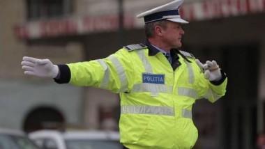 politist dirijeaza traficul_fb politia romana_octombrie 2015