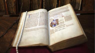 Manuscript din secolul 12 Vechiul Testament_crop_GettyImages-137639270