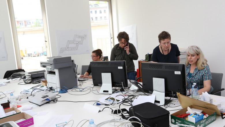 angajati la birou, functionari la calculatoare