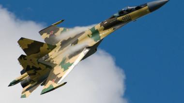 Su-35_in_flight._(3826731912)