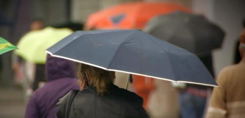 umbrele ploaie oameni