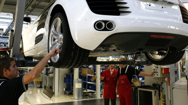 muncitori fabrica auto getty