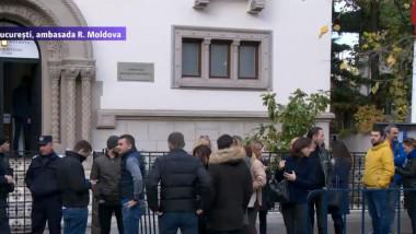 Alegeri în R.Moldova | Coadă la vot în Bucureşti