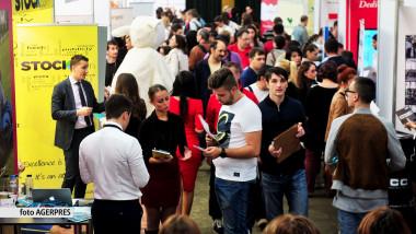 Candidatii s-au prezentat cu CV-urile completate la un targ de joburi in Capitala