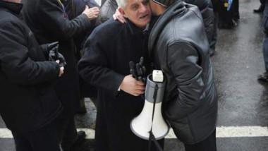 revolutionarul-dumitru-dinca-a-lesinat-la-protestul-din-fata-guvernului