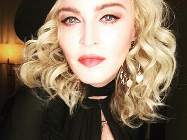 Madonna îşi anulează primul din seria de 15 concerte din cauza unei accidentări. Cântăreaţa s-a filmat făcând o baie în gheaţă