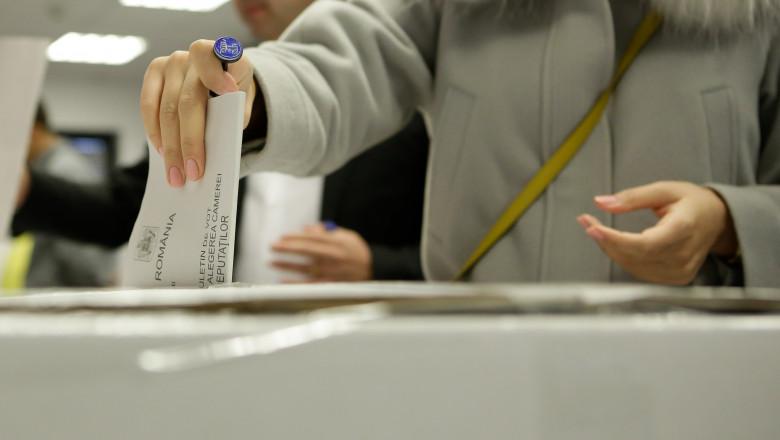 persoana introduce buletinul de vot in urna