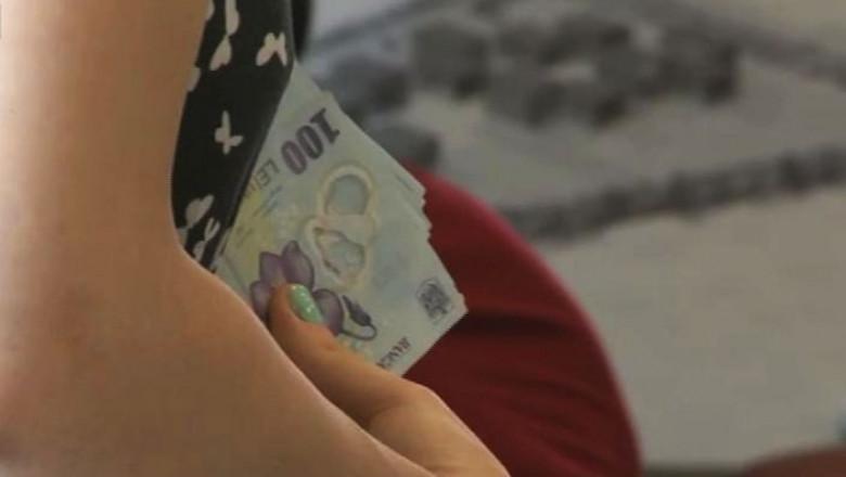 femeie cu bani in mana - captura digi24
