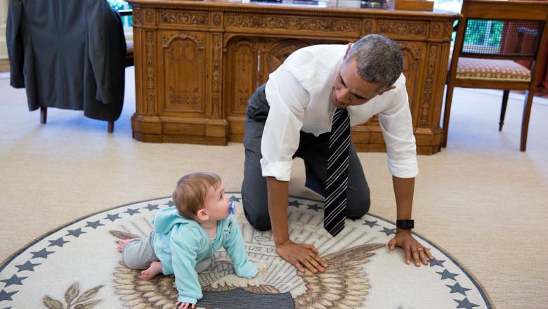 obama si un bebelus in biroul oval pete souza