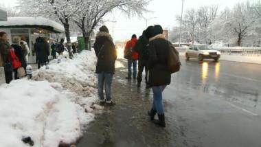oameni asteapta autobuz ratb in statie iarna - digi24