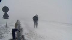 vremea, iarna, om merge in zapada viscol_captura 2
