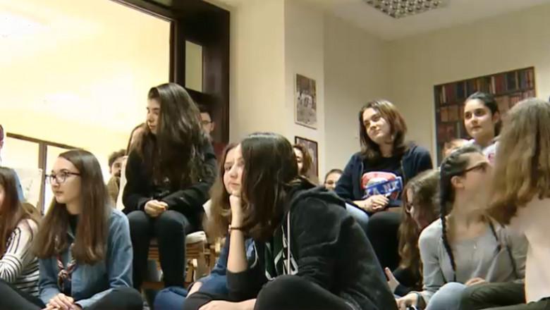 tineri adolescenti cafenea educativa