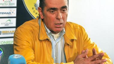 Presedintele clubului FC Brasov, Ioan Neculaie, sustine o conferinta de presa.