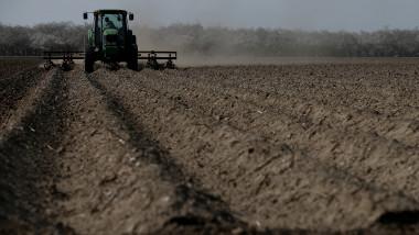 tractor care lucreaza terenul agricol