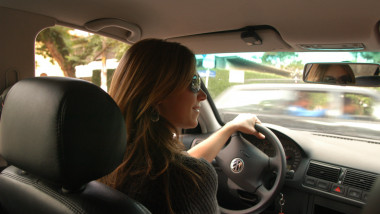 femeie la volan masina