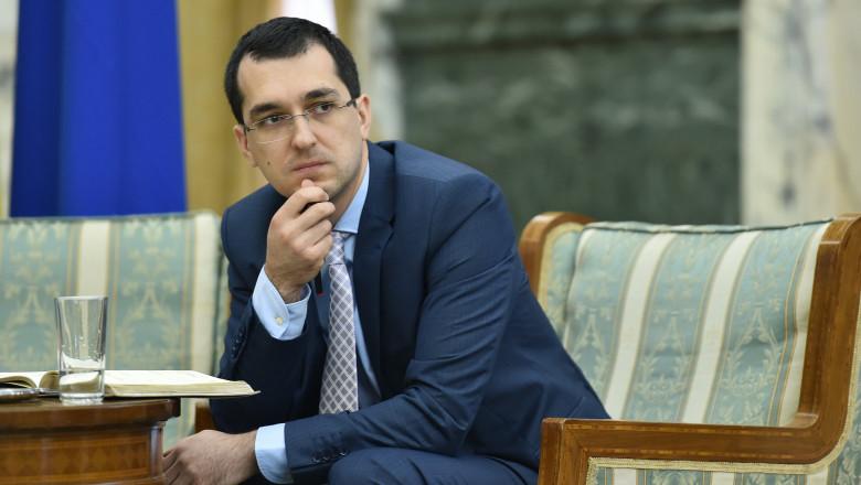 Vlad Voiculescu stă pe un scaun