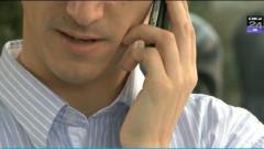 tanar vorbind la telefon