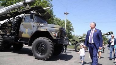 Dodon ordonă expunerea tehnicii militare sovietice în piața centrală din Chișinău