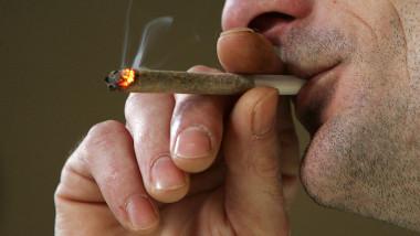 barbat fumeaza marijuana