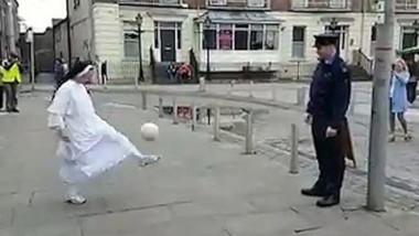 calugarita cu politist fotbal