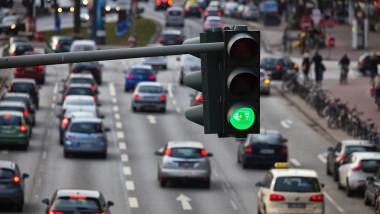 trafic oras semafor verde shutterstock_239022202