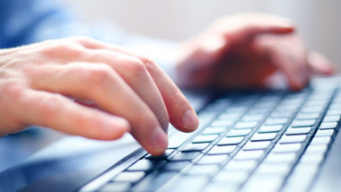 Profesorii şi elevii din Bucureşti vor trebui să îşi schimbe parolele cu care se loghează pe platformele de învăţare online