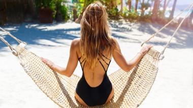 femeie pe plaja