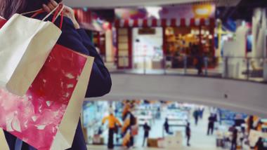 shutterstock mall cumparaturi oameni la cumparaturi centru comercial