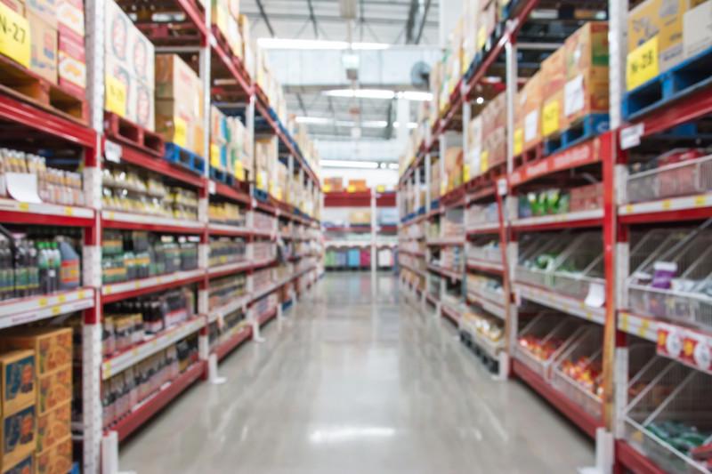 cumparatori vitrine magazin supermarket shutterstock_564883825