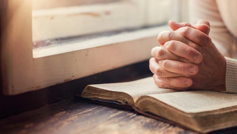shutterstock biblie rugaciune credincios