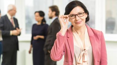 femeie desteapta ochelarista shutterstock
