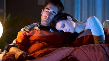 somn in fata tv dormit shutterstock