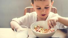 copil mananca alimentatie