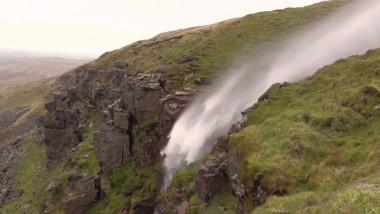 cascada curge in sus