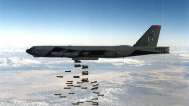 Bombardier strategic american B-52 lansează bombe