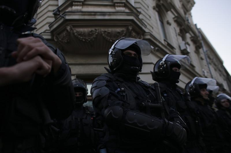 161111_INCIDENTE_SUPORTERI_00_INQUAM_Octav_Ganea_ politie jandarmi