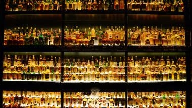 Investitorii mizează pe bitcoin, aur şi whisky