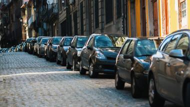 masini parcate strada