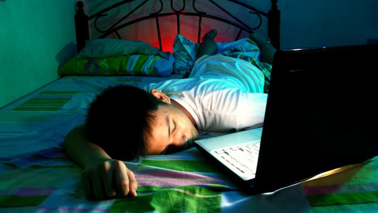 somn copil laptop shutterstock_226756855